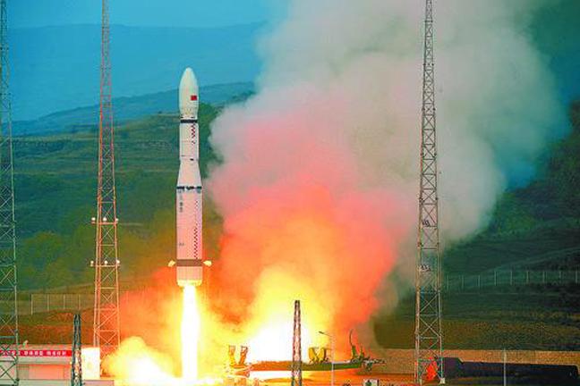 2015年9月20日,我国新一代运载火箭长征六号发射升空瞬间。 长征系列火箭经历了从无到有、从串联到捆绑、从常温推进剂到低温推进剂、从一箭一星到一箭多星、从发射卫星到发射载人飞船和月球探测器的重大跨越,形成了长征一号、二号、三号、四号系列火箭,可靠性、安全性和发射测控能力达到世界先进水平。 2015年,长征六号及长征十一号火箭的相继升空,拉开了我国新一代运载火箭的发射大幕。不久,长征七号和长征五号也将实现首飞。目前,我国正在加紧研制新一代运载火箭,未来将进一步提高我国进入空间的能力。